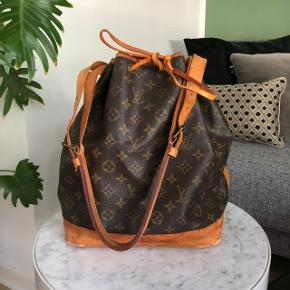 """LÆS VENLIGST HELE BESKRIVELSEN FØR HENVENDELSE, tak 🌸  Louis Vuitton Noe i den store størrelse GM. Tasken er brugt og har nogle år på bagen, hvoraf den er vintage. Tasken er dog i fin brugt stand, og har mange år igen! Den er en vintage taske i standen """"næsten som ny"""" den er super smuk! Se også billeder   Dette er ikke remmen der kan bruges til crossbody. Og har ikke kvittering, dustbag eller lignende til tasken, men står 100% inde for tasken. Se alle billederne på annoncen, sender ikke flere, da der er billeder af alt.  mine andre annoncer og vurderinger, sælger/ejer ikke fake. Spørgsmål om ægthed besvares ikke! Tasken er i super smuk stand, respekter min pris.   Måler 26 x 34 x 20cm   Reserverer ikke medmindre jeg har fået forudbetaling på 500,- som ikke gives retur, hvis der fortrydes.  Har to tasker af samme, der er forskel på standen, heraf prisforskellen. Svarer ikke på spørgsmål som der kan findes svar på her i teksten!"""
