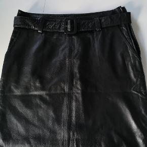 Vildt lækker lammeskinds nederdel. Desværre købt for lille så derfor aldrig brugt. Nypris 1999 dk   Husk at tjekke mine andre annoncer, for jeg har ryddet op og sælger billigt ud