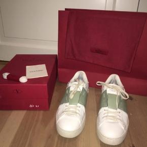 Valentino sneakers Ny pris 3600 Kvittering, et nyt sæt snørebån, sko æske og stofpose medfølger  Str 41  Spørg gerne ☺️