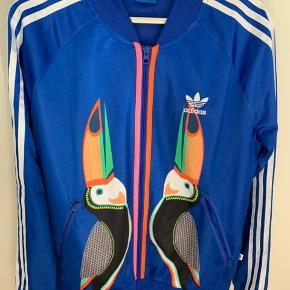 Virkelig fin Adidas track top med fugle på brystet. Brugt få gange og i rigtig fin stand. Passer str 38.