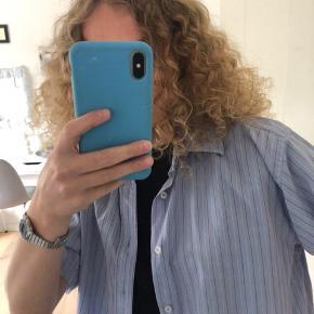 Skjorten er rigtig god stand, dog er der nogle pletter på bagsiden (se billederne) Dog er det nederst på skjorten bagpå, så ikke noget man ligger mærke til.
