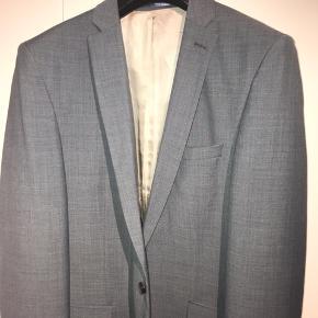 Super lækkert slim fit jakkesæt fra Selected. Perfekt til fest eller hverdag. Aldrig brugt. Ny pris 1600 kr.