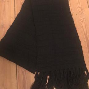 Fint stort halstørklæde i uld. Måler 28 x 260 cm.