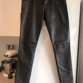 Sælger disse fede jeans fra Diesel i grå/brun coated/shiney look og med stretch :-) W 30 og L 32 - brugt én gang og som sprit nye :-)