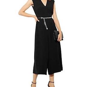 Smuk buksedragt/jumpsuit fra Karen Millen i sort (2. billede er i rød for at fornemme pasformen). Købt i London, men aldrig brugt.  Str. 38.