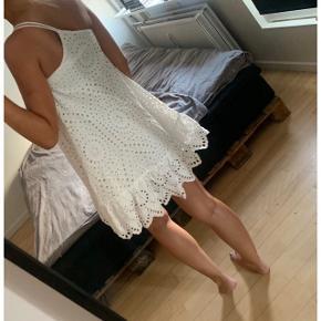 Fineste hvide kjole! Den er brugt 3 gange og fremstår i rigtig god stand. Sælges da jeg har for meget tøj! Nypris var 600 kr.  Sælges for 100 kr ved afhentning på Nørrebro :) Kan sendes såfremt køber betaler Porto