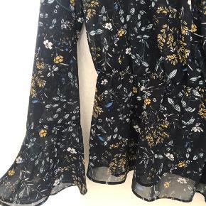 Sød bluse fra Pieces, aldrig brugt :)