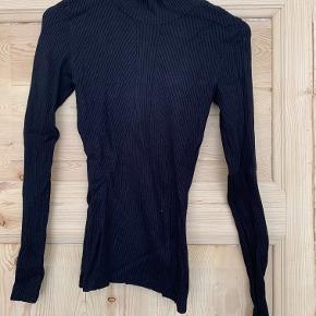 Sort trøje i rib strik med turleneck fra H&M i str.XS.