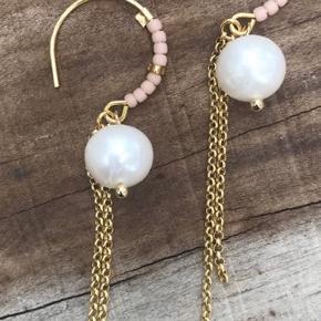 Guld øreringe med hvid perle og små rosa perler. Aldrig brugt og stadig i æske.