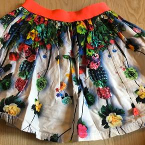 Smuk nederdel - kun brugt få gange Str 122/128