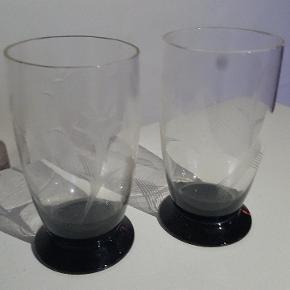 Holmegaard glas med sort fod, 2 stk. Fine dekorationer på siden.