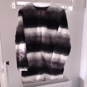 Faux fur jakke fra Motel i xs. Jeg er selv en small, og den passer mig fint. Brugt i en kortere periode, og pelsen har derfor lidt slid omkring halsen - ellers er den super fin. Shell består af 80 % akryl og 20 % polyester. Lining består af 100 % polyester 😊