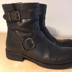 Støvler, str. 39, BILLI BI  BLACK TOMCAT 80.  100% læder. Sålen på hælen skal limes.