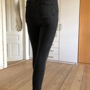 Så perfekte jeans fra J Brand, model Carolina Exile. Højtaljede pasform, disstresed.  Sidder perfekt på!  Str 26/S.  Byttes ikke.