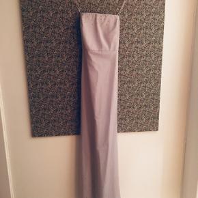 Smuk kjole med mesh lag med små lilla sten ved udskæring og forneden.  Brugt 1 gang, så i super fin stand.  Str 32, men jeg er str 34 nu, og kan stadig passe den.  100% polyester.