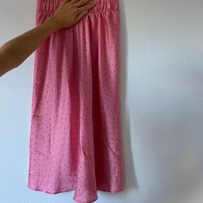 Lyserød nederdel med prikker fra Monki🦋 Enkelte steder er der løbet lidt tråd. Bud er velkomne!
