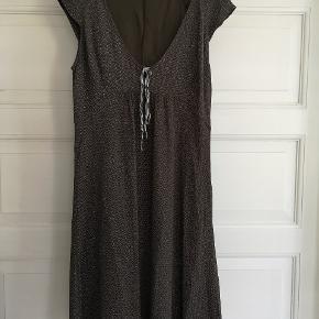Fin kjole fra Noa Noa str. M Brungrøn med hvide prikker. Så fin!