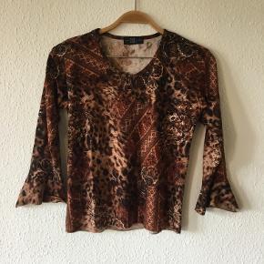 Super fed vintage bluse i flotte farver. Den er i meget flot stand.