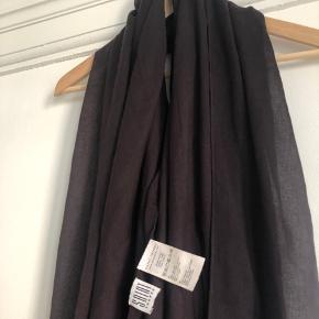 Tyndt vævet let halstørklæde fra Saint Tropez. Brugt meget få gange. I en flot mørk bordeaux lilla farve.