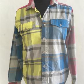 Varetype: Super flot skjorte. Størrelse: 14. Farve: Blå/ Gul/ pink Oprindelig købspris: 600 kr.  Super flot. Brugt 1. Gang.