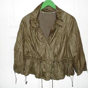 Varetype: Smart jakke i bronzefarve med seje detaljer Farve: Bronze Oprindelig købspris: 599 kr.  Supersej jakke med mange smarte detaljer i størrelse 46 = Zizzi str. M. Den er bronzefarvet med coated overflade, der gør den vildt sej. Jakken er meget klædelig. Kan strammes ind i taljen og får så nærmest et lille skød. Lukkes med lynlås foran. Kan bruges som cardigan eller som udendørs jakke om sommeren. Brugt ganske få gange og fremstår i fin stand. **** IKKE INTERESSERET I AT BYTTE *****