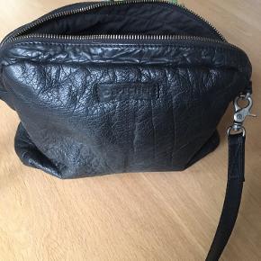 Lækker taske i blødt sort skind med god plads og masser af rum - nogle med lynlås. Remmen er ny og regulerbar og man kan få mange slags remme foret nyt udtryk. Den er næsten som ny uden brugsspor. Den måler ca 19x28 cm. Jeg har ligeledes en pung der passer til - til salg på denne side.
