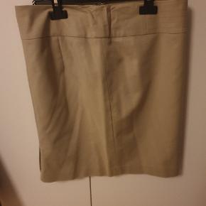 Flot beige nederdel til business wear. Sælger også blazer+bukser i samme farve, se anden annonce. Sælges renset!