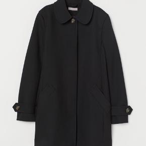 Meget behagelig og fin kort frakke med krave 🥰 Kan bruges nu, til vinter med en evt varm bluse under og til foråret🤗 brugt sparsomt og fremstår derfor som ny Kom med et bud, np var 599kr.  UDSOLGT på nettet og muligvis i butikker