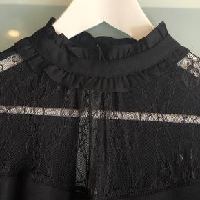 Skøn bluse med lækre blondedetaljer 🖤  Køber betaler fragt  Byd gerne - vi kan også aftale mængderabat, hvis der købes flere stykker tøj på min side ☺️