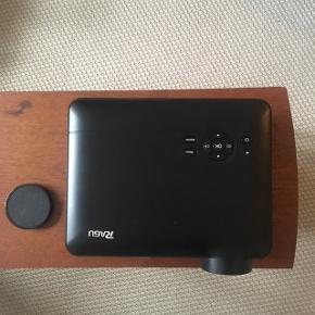 """Super fin RAGU projector til stuen eller soveværelset. Sælger, da jeg simpelthen ikke får den brugt - desværre! Nypris er 1795,-. Med SmartECO LED-teknologi, der giver næsten 30.000 timers visning.  1280 x 768, HDMI og USB tilslutning.  - 3000 Lumen - 1000:1 kontrast - 1-6 meter afstand - billedstørrelse mellem 60"""" og 120"""""""
