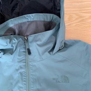 North Face jakke, windbreaker North Face windbreaker/regnjakke i mint/tyrkis - aldrig brugt og stadig med prismærke.  Størrelse: small  Model: herre  Nypris 950