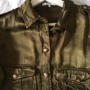 Sælger min elskede ganni skjorte i satin da den desværre er blevet for lille.  Nypris 2100kr og den er i rigtig god stand.   Kan både bruges lukket eller åben med en t-shirt