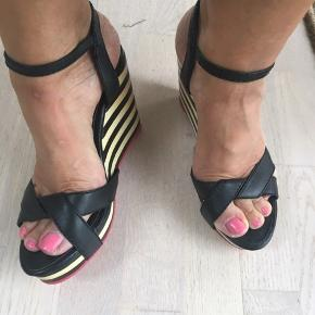 Fede sandaler med kilehæl. Rød sål og hælen er sort og beige/råhvid.  Kun brugt 1 eller 2 gange
