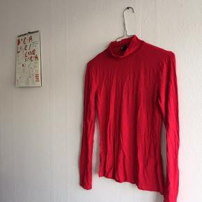 Mega cool, rød turtleneck/tynd trøje fra Gina Tricot. Brugt få gange. Den er rigtig god til at give outfittet prikken over i'et med sin lækre røde farve 🍄