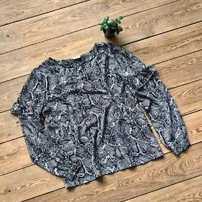 🙏🏼 ALT SKAL VÆK - SÆLGER BILLIGT 🙏🏼  👗 Sød bluse med slangemønster  👠 VRS 👚 Str. M 👑 Den er i super fin stand   🔥Se også mine mange andre annoncer og følg mig gerne - der kommer løbende nyt🔥