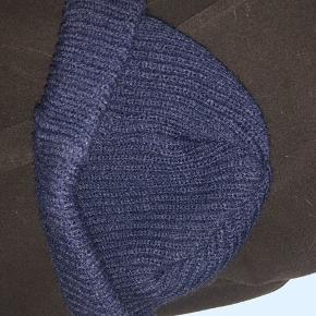 Mørkeblå beanie fra Urban Outfitters. Den er brugt nogle gange, men er som ny. Den sidder som den på billede to. BYD! 🌈