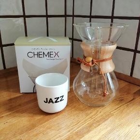 Mundblæst Chemex Classic kaffebrygger.   Chemex kaffebryggere anvender'pour-over' teknikken, hvor teknikken hvormed man hælder vand over kaffebønner i filtertragten, afgør ekstraktionen af kaffen. Modsat andre pour-over designs, har Chemexr filterholder og kande er samlet i ét. Fantastisk flot og enkel kaffebrygger og serveringskande. I denne håndlavede 5-kops model kan du ca. brygge 7dllækker kaffe.