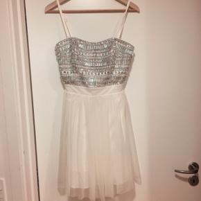 """Hvid kjole med """"diamanter"""" • Str. M/Uk 12 • Kun brugt 1 gang • Nypris ca. 450,-.  Kan prøves på inden - Sender med DAO"""