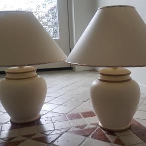 Brand: Kendes ikke. Varetype: 2 stk lamper med skærme Størrelse: h: 50 cm. b: 40 cm. Farve: Råhvid med guld Oprindelig købspris: 2800 kr.  To flotte bordlamper - råhvide med guld.  To skærme - ligeledes råhvide med guld.  SOM NYE. Fra ikke-ryger hjem.  Lamperne måler med skærm 50 i højden og skærmenes bredde er 40 cm.  Kan afhentes (2630).