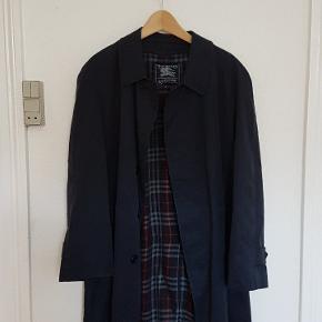 Vintage Burberry jakke i mørkeblå. Kan bruges som oversize.