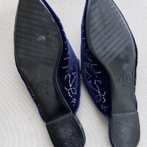Smukke velour slippers, med stjernehimmel. Brugt få gange ✨