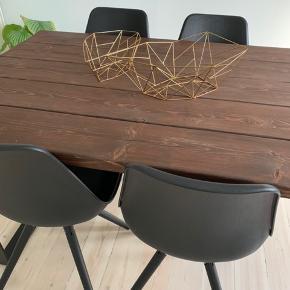 Spisebordsstole fra ILVA sælges. Modellen hedder Moon (udgået) og er med plastik skal, imiteret læder sæde og sorte egetræs ben. Har ikke været brugt særlig meget og har derfor ingen store skader, men kun mindre brugsspor (se billeder). De fire stole sælges kun samlet.  Nypris: 2.800kr. (700 pr. stol)
