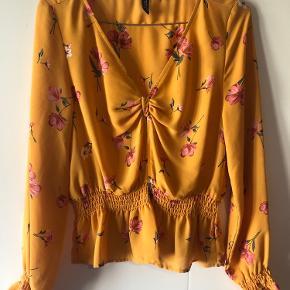 Rigtig fin bluse med blomster print.  - v-udskæring -smock detalje i ærme