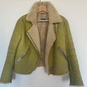 Fed Acne rulamsfrakke sælges i flot gul farve. Er god, men skal forbi rens. Bud er velkomne, men den sælges kun hvis rette pris opnås.