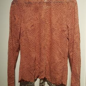 Flot støvet rosa blonde bluse købt for 299 kr. Det er desværre et fejlkøb, som jeg aldrig har fået brugt, da den er købt for lille.