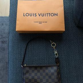 Sælger denne Louis Vuitton Damier Pochette skuldertaske. Tasken er i rigtig god stand. Mål taske: 23,5 - 13,5 - 4 cm.  Taske ny pris 3.650kr.