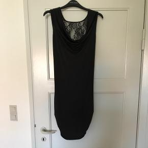 Super sød sort kjole med blonde bagpå.Brugt 1-2 gange. Nypris 399 kr. Mp: 50 kr Sælges da jeg ikke kan passer den efter da jeg var gravid. (Sender ikke, skal afhentes i Aalborg Vejgaard)