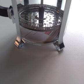 Ubrugt Bodum stempelkande i krom som rummer 1 l. Kanden er i perfekt stand og har stadig prismærke i bunden.   Skal afhentes i KBH S. Byd gerne.