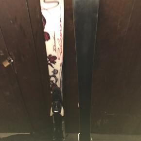 Pige/kvinde ski i længden 151 cm. De er brugt i flere sæsoner - og sælges derfor billigt. Kom med et bud :-).  De kan ses og afhentes på Frederiksberg.