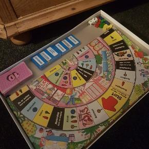 """Fineste gamle spil. Alt er der , minus 4 runde små """"loppebrikker"""" som kan erstattes af alt muligt :-)"""
